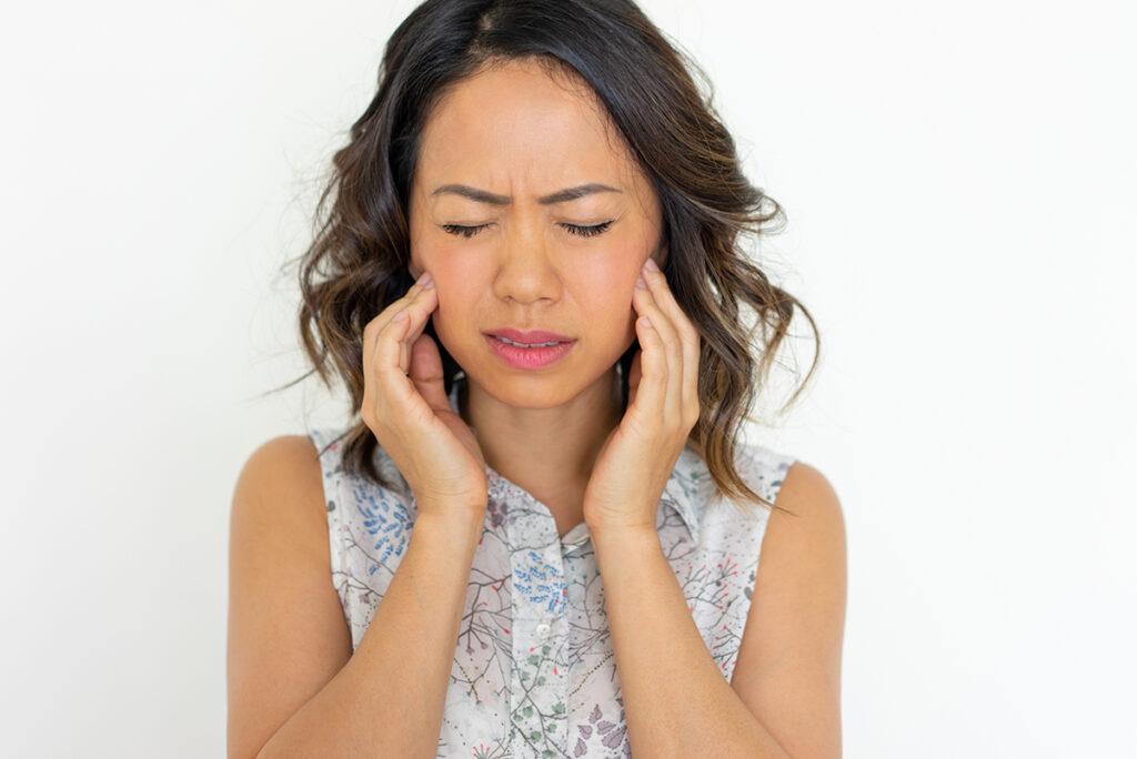Mulher com dor nos dentes sisos